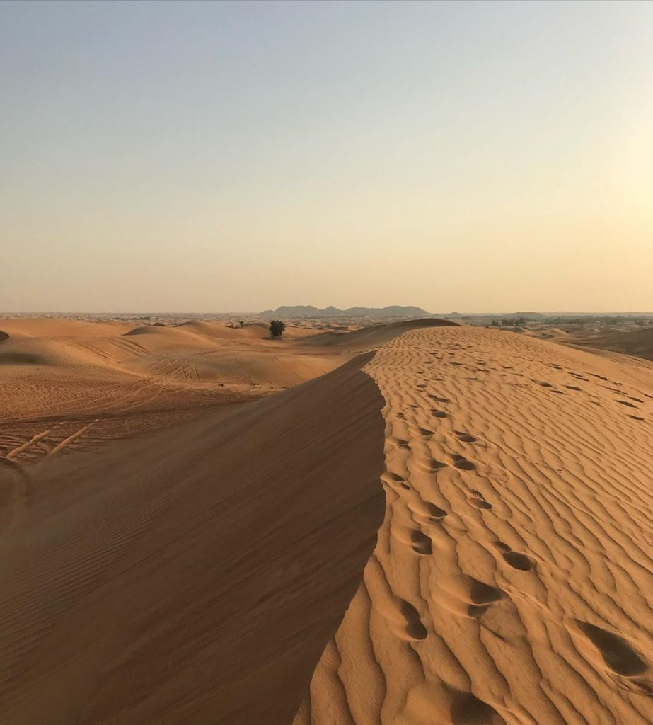 The sand dunes around Dubai, with some mountains in the background. Picture from Yoshua @yoshuarijk